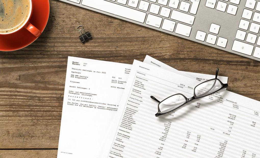 Blick auf den Schreibtisch von Steuerberater Andrea Vorwallner